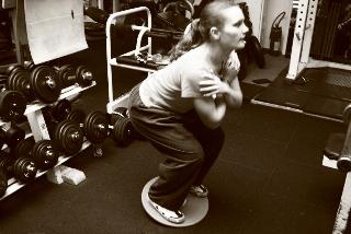 Équilibre sur un Bossu et flexion de jambes